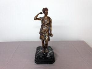 Pronssi patsas K34 cm ja jalustan koko 14 cm x 14 cm.