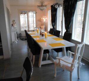 Jarmo ja Miimu tilasivat uuden upean kotinsa ruokasaliin ison pöydän jonka pituus on yli 3 m.