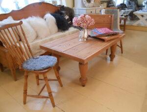 Vanhasta puusta tehty pöytä asiakkaan toiveiden mukaisesti.