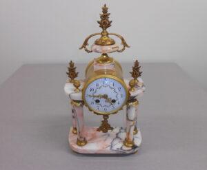 Kello on marmoria ja messinkiä. K42 cm ja leveys 23 cm. Taulun H