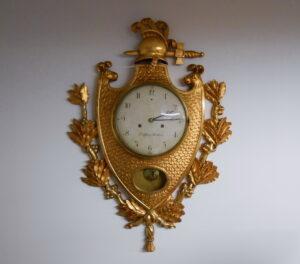 Israel Dahlström (1762–1829) valmistama kullattu seinäpendyyli. Kellokoneisto on erittäin korkealuokkainen ja sen lyöntilaite lyö tasa- ja puolentunnin lyönnit koneiston yläpuolella olevaan tiukuun. Korkeus 95 cm, leveys 70 cm ja taulun halkaisija 28 cm. Kelloon on tehty täydellinen huoltokorjaus 2013, huollon on tehnyt maineikas kelloseppä Harry Åkerman.